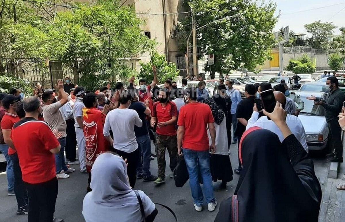 تجمع هواداران پرسپولیس در مقابل فدراسیون + جزئیات