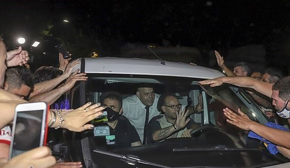 عذرخواهی شخصی که با جسد دیگو مارادونا عکس گرفت / جریمه سنگین در انتظار خاطیان